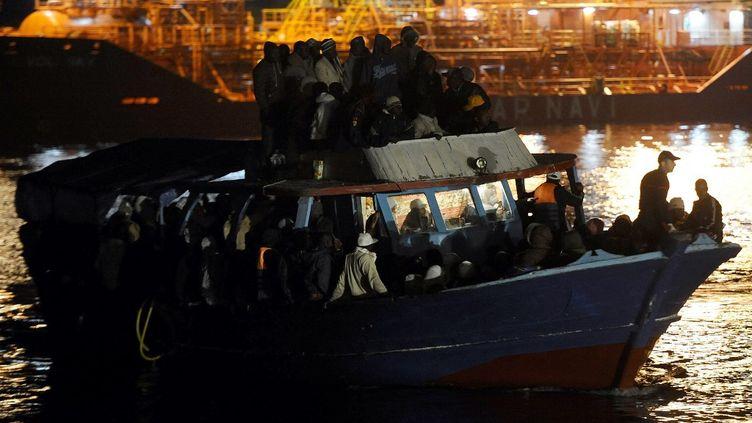 Des migrants venus de Libye arrivent sur l'île italienne de Lampedusa. (FILIPPO MONTEFORTE / AFP)
