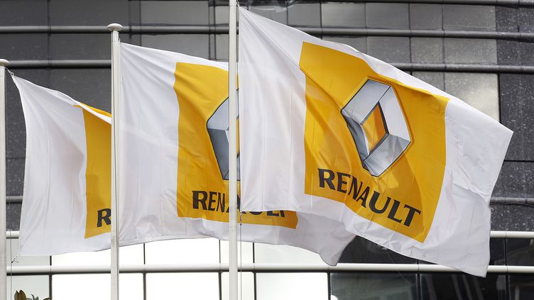 Des drapeaux pourtant le logo Renault devant le siège social à Boulogne-Billancourt (Hauts-de-Seine). (CHESNOT / FRENCH SELECT)