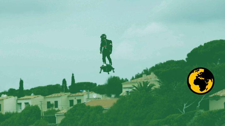 Franky Zapata lors d'un vol d'essai, le 29 avril 2016 à Sausset-les-Pins (Bouches-du-Rhône). (MAXPPP / FRANCEINFO)