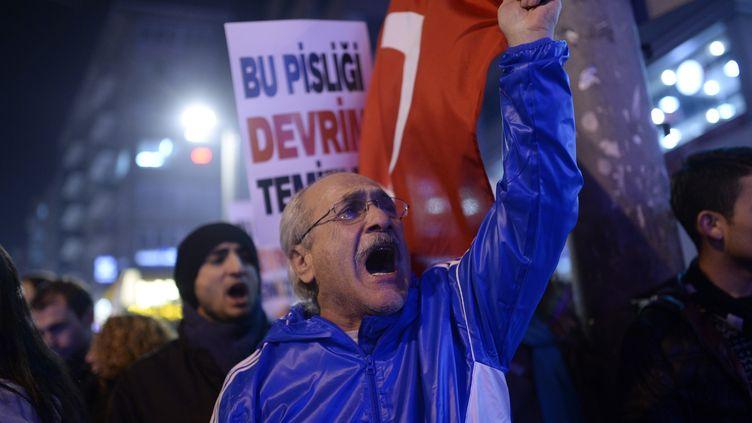 A Istambul (Turquie), des manifestants réclament la démission du gouvernement après un scandale de corruption, le 25 décembre 2013. (BULENT KILIC / AFP)