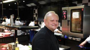 Joël Robuchon, le 6 décembre 2014 dans la cuisine de La Grande Maison. (NICOLAS TUCAT / AFP)