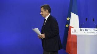 Le président des Républicains, Nicolas Sarkozy, quitte le siège du parti de droite, au soir du second tour des régionales, dimanche 13 décembre 2015 à Paris. (ALAIN JOCARD / AFP)