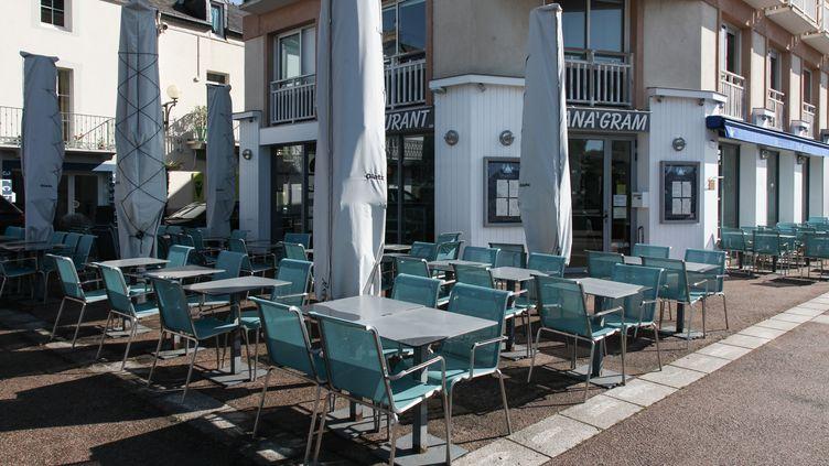 Une terrasse vide à Pornic (Loire-Atlantique), le 5 mai 2020. (SAMUEL HENSE / HANS LUCAS / AFP)