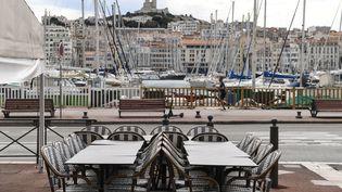 La terrasse déserte d'un restaurant fermé sur le Vieux-Port de Marseille (Bouches-du-Rhône), le 28 septembre 2020, pendant l'épidémie de Covid-19. (NICOLAS TUCAT / AFP)