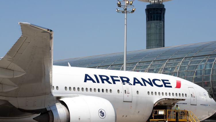 Un Boeing 777 de la compagnie Air France à l'aéroportRoissy-Charles de Gaulle le 27 juin 2019. (JOEL SAGET / AFP)