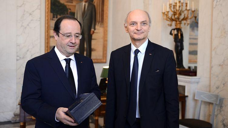 A l'Elysée, le président de la République François Hollande reçoit le rapport annuel de la Cour des Comptes, le 10 février 2014. (ERIC FEFERBERG / POOL)