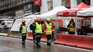 Des pompiers interviennent après l'effondrement de trois immeubles à Marseille. (VALÉRIE VREL / MAXPPP)