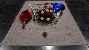 La pierre tombale du mausolée de Francisco Franco àSan Lorenzo de El Escorial (Espagne). (OSCAR DEL POZO / AFP)