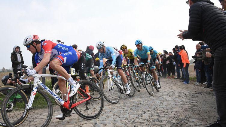 Les cyclistes lors de la 117e édition du Paris-Roubaix, le 14 avril 2019. (ANNE-CHRISTINE POUJOULAT / AFP)