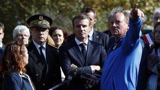 Le président Emmanuel Macron, lundi 22 octobre àVillalier (Aude),en compagnie du préfet du département,Alain Thirion (gauche), et d'habitants. Au début du moins, l'Aude a subi des inondations record causant la mort de 14 personnes. (GUILLAUME HORCAJUELO / AFP)