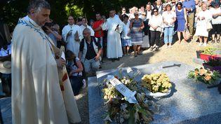 L'archevêque de Rouen, Dominique Lebrun, se recueille le 15 août 2016 devant la tombe du père Jacques Hamel, tué lors d'une attaque terroriste dans son église. (JEAN-FRANCOIS MONIER / AFP)