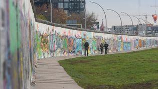 En novembre 1989, la frontière entre l'Allemagne de l'Est et de l'Ouest s'ouvrait. À la veille des commémorations du 30e anniversaire de la chute du mur de Berlin, le cœur des Allemands ne serait pas à la fête. (ARTUR WIDAK / NURPHOTO / AFP)