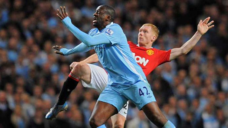 Yaya Toure (City) au combat avec Paul Scholes (United)