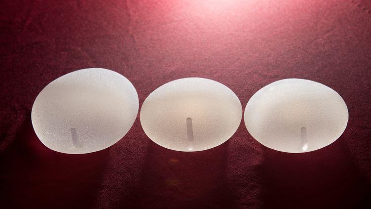 Des prothèses mammaires texturées, en mai 2016. (DANIEL REINHARDT / DPA)