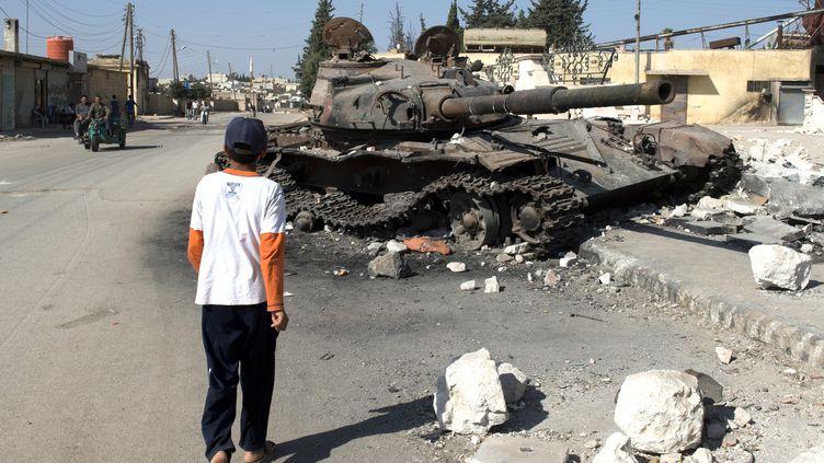 Un char de l'armée syrienne détruit dans la ville d'Azaz, au nord de laSyrie , le 19 septembre2012. (MIGUEL MEDINA / AFP)