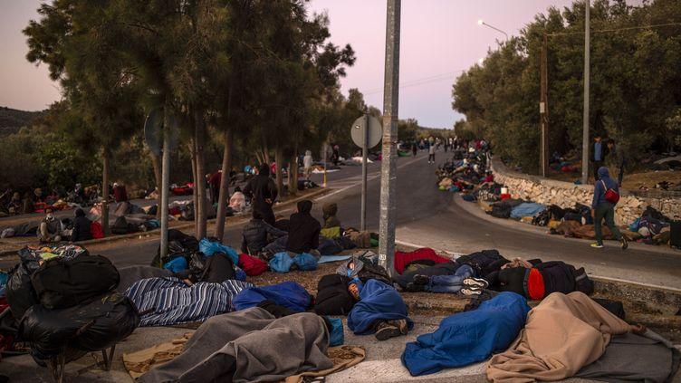 Des milliers de migrants se retrouvent à la rue après l'incendie du camp de Moria sur l'île de Lesbos (Grèce), le 10 septembre 2020. (ANGELOS TZORTZINIS / AFP)