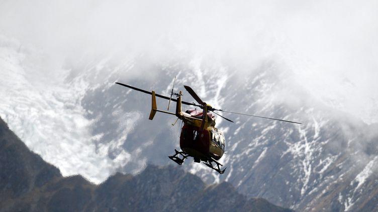 Les secours attendent la moindre éclaircie pour porter secours aux deux alpinistes. (AFP PHOTO / JEAN-PIERRE CLATOT)