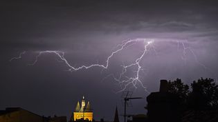 Un orage au-dessus de Bordeaux (Gironde), le 4 mai 2020. (NICOLAS TUCAT / AFP)