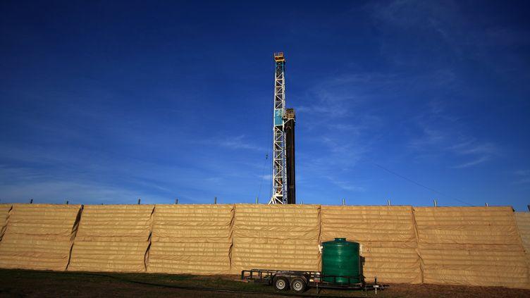 Un puits de forage extrayant du gaz de schiste à Cleburne, au Texas (Etats-Unis), le 13 décembre 2012. (ROBERT NICKELSBERG / GETTY IMAGES / AFP)