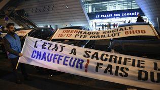 Manifestation des VTC, le 15 décembre 2016, porte Maillot, à Paris (LIONEL BONAVENTURE / AFP)
