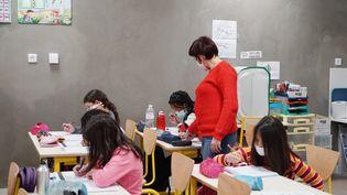 Une enseignante donne un cours à des élèves de CE2 à Bruyères-le-Châtel (Essonne), en janvier 2021. (MYRIAM TIRLER / HANS LUCAS / AFP)