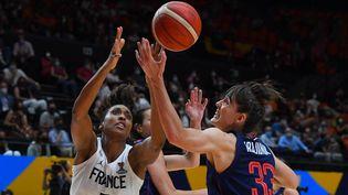 Sandrine Gruda face àla Serbe Tina Krajisnik lors de la finale de l'EuroBasket féminin le 27 juin 2021. (JOSE JORDAN / AFP)