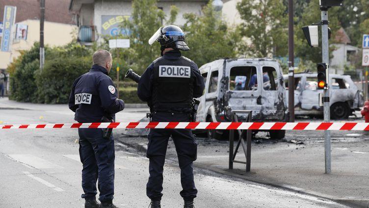 Des membres des forces de l'ordre sur le lieu d'une violente attaque contredes policiers, à Viry-Châtillon (Essonne), le 8 octobre 2016. (THOMAS SAMSON / AFP)