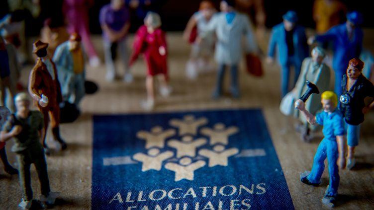 Les députés PS frondeurs Christian Paul et Fanélie Carrey-Contecritiquent la modulation des allocations familiales, dans un billet de blog publié jeudi 16 octobre. (PHILIPPE HUGUEN / AFP)