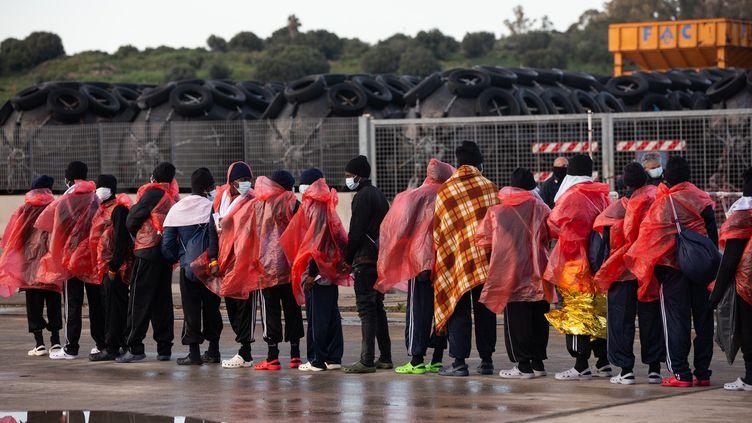 """Des migrants ont étésecouruspar le navire """"Ocean Viking"""" avant d'accoster à Augusta (Italie), le 23 mars 2021. (JEREMIE LUSSEAU / HANS LUCAS / AFP)"""