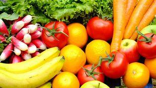 Le prix moyen du kilo de fruits descend à 3,34 euros, contre 3,78 euros en 2013, et celui du kilo de légumes baisse à 2,15 euros, contre 2,21 euros en 2013. (BSIP / AFP)