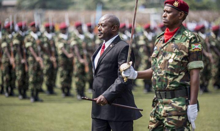 Le président Pierre Nkurunziza passe en revue un détachement de son armée lors du 53e anniversaire de l'indépendance du Burundi, le 1er juillet 2015 à Bujumbura. (Photo AFP/Marco Longari)