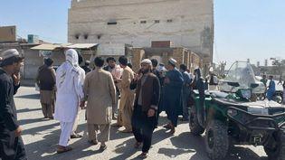Deshabitants devantune mosquée chiite de Kandahar (Afghanistan), où des explosions ont eu lieu le 15 octobre 2021. (MURTEZA KHALIQI / ANADOLU AGENCY / AFP)