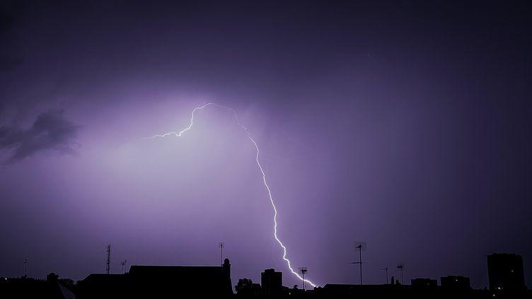 Un orage au-dessus de Tours (Indre-et-Loire), le 29 août 2018. (GUILLAUME SOUVANT / AFP)