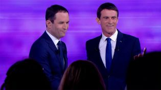 Les deux finalistes de la primaire de la gauche, Benoît Hamon et Manuel Valls, lors du débat de l'entre-deux-tours, le 25 janvier 2017 sur France 2. (FRANCE 2)