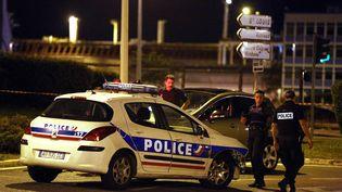 Des policiers sur le lieu de la fusillade mortelle à Marseille (Bouches-du-Rhône), le 24 août 2014. (MAXPPP)