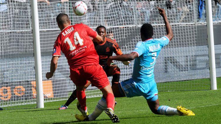 Steve Mandanda et Nicolas Nkoulou pris en défaut par le Valenciennois Foued Kadir (FRANCOIS LO PRESTI / AFP)