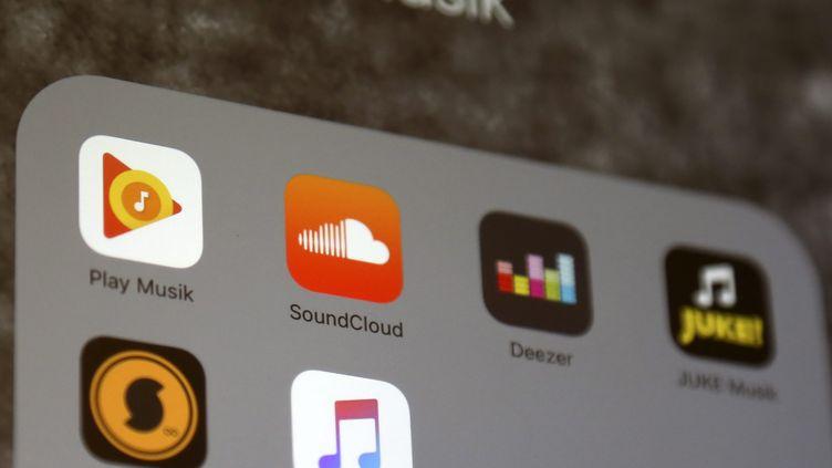 Plusieurs applicationsdeservices d'écoute de musique en streaming, de gauche à droite : Google Music, SoundCloud, Deezer, Juke, SoundCloud et Apple Music. (ALEX EHLERS / EPA / MAXPPP)
