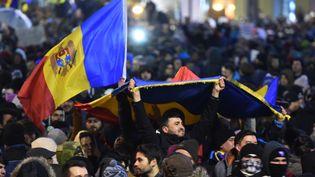 Des manifestants défilent dans les rues de Bucarest, en Roumanie, mercredi 1er février 2017. (DANIEL MIHAILESCU / AFP)