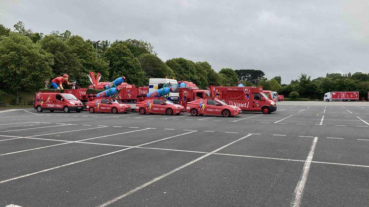 La caravane Vittel attend le départ sur le parking de Brest Expo, le 25 juin 2021. (AH)