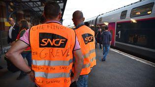 Des cheminots en grève à la gare de Valenciennes (Nord), le 28 mai 2018. (MAXPPP)