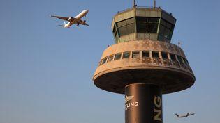 Un avion décolle depuis l'aéroport de Barcelone, en Espagne, le 23 avril 2018. Image d'illustration. (MANUEL COHEN / MANUEL COHEN / AFP)