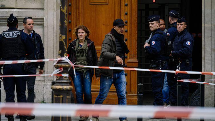 La préfecture de police de Paris est bouclée, le 3 octobre 2019, après l'attaque qui a fait quatre morts. (DENIS MEYER / HANS LUCAS / AFP)