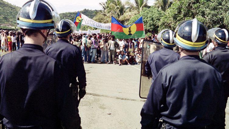 Manifestation d'indépentistes à Nouméa (Nouvelle-Calédonie), le 7 mai 1988, en hommage aux militants tués par les forces de l'ordre pendant l'assaut donné pour libérer les gendarmes détenus en otage, deux jours plus tôt. (REMY MOYEN / AFP)