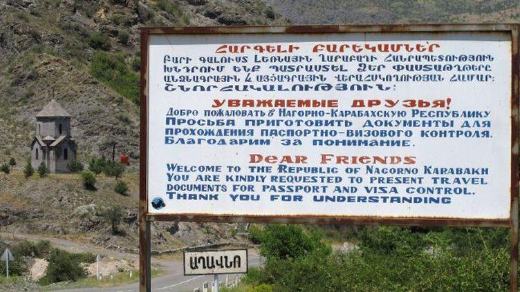 26 juin 2014. A l'entrée de la capitaleStepanakert, un panneau (en arménien, russe et anglais) informe les touristes que des contrôles de passeport et de visas sont effectués à l'entrée du Haut-Karabakh (Nagorny-Karabakh).L'indépendance du Haut-Karabakh n'est pas reconnue par la communauté internationale. (JENS KALAENE / dpa-Zentralbild / DPA)