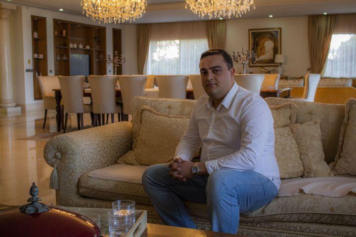 Ahmed Jarraya dans sa villa aux Berges du lac à Tunis, le 10 février 2021. (ELISE LAMBERT/FRANCEINFO)