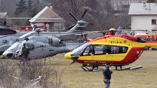 Des hélicoptères des secours et de l'armée française après le crash de l'Airbus 320 de la compagnie Germanwings, le 24 mars 2015. (BORIS HORVAT / AFP)