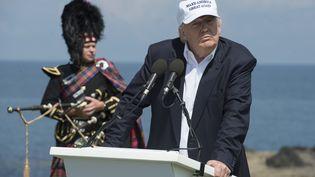 Donald Trump prononce un discours lors de l'inauguration d'un de sesgolfs, le 24 juin 2016, à Turnberry (Royaume-Uni). (OLI SCARFF / AFP)