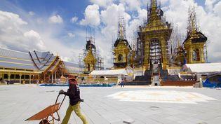 L'esplanade de Sanam Luang s'est métamorphosée en prévision des funérailles du roi Bhumibol, prévues du 25 au 29 octobre 2017. (LIONEL DE CONINCK / FRANCE TELEVISIONS)