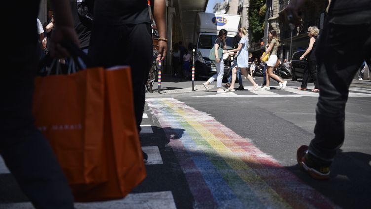 Les habitants du Marais ont repeint les tags homophobes. (JULIEN DE ROSA / EPA)