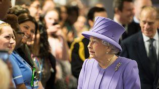 La reine Elisabeth II rencontre le personnel du Royal London Hospital, le 27 février 2013. (REUTERS )